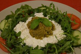 Salad with cottage cheese and pesto